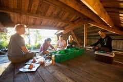 准备膳食的不同种族的朋友在棚子在森林 库存照片