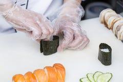 准备膳食的厨师 免版税库存图片
