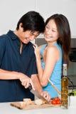 准备膳食的夫妇 图库摄影