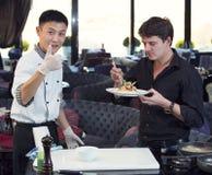 准备膳食的日本厨师 免版税库存图片