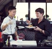 准备膳食的日本厨师 免版税库存照片