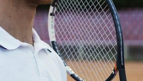 准备英俊的男性的运动员服务网球,享有活跃生活 股票视频