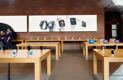 准备苹果计算机的商店卖新的MacBook赞成与好极了的接触 免版税库存图片