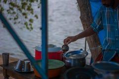 准备草本咖啡的人在孟乐海岛 图库摄影