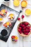 准备莓果果子馅饼 免版税图库摄影