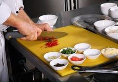 准备蔬菜的主厨 免版税库存图片