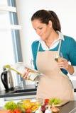 准备蔬菜食谱厨房烹调的白种人妇女 免版税库存图片