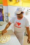 准备薄饼的厨师在比萨店餐馆佛罗伦萨 免版税库存照片