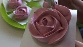 准备蛋白软糖玫瑰的妇女 在立场和酥皮点心袋子帮助下 r 影视素材