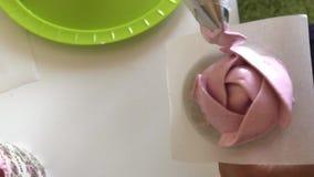 准备蛋白软糖玫瑰的妇女 在立场和酥皮点心袋子帮助下 r 股票录像