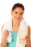 准备蛋白质震动的妇女在健身房isola的健身锻炼以后 免版税库存照片