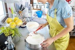 准备蛋糕的女性厨师 免版税库存照片