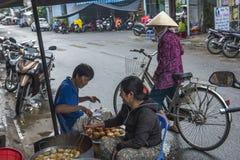 准备街道食物的当地人民,在芽庄市 免版税库存图片