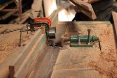 准备路由器桌的工作者在刮一块木头前在木匠业车间 选择聚焦和浅景深 免版税图库摄影