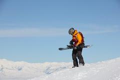 准备雪板的女孩在山顶部 图库摄影