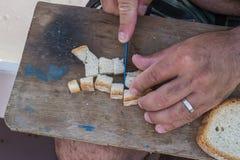 准备面包的已婚渔夫 图库摄影