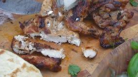 准备面卷饼或shawarma与烤鸡和菜的厨师在木背景 股票录像