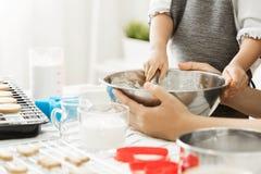 准备面团的孩子烘烤 免版税库存图片
