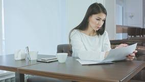 准备项目报告的年轻繁忙的妇女坐在咖啡馆 股票视频