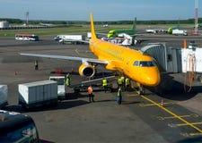 准备飞行航空器萨拉托夫航空公司在多莫杰多沃机场机场飞行 免版税库存照片