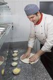 准备食物的厨师在一个商业厨房里 库存照片