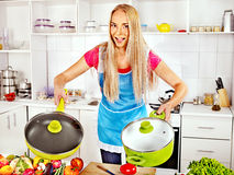 准备食物的妇女在厨房。 免版税库存照片