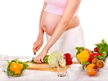 准备食物的孕妇。 免版税图库摄影