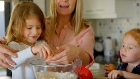 准备食物的家庭在厨房里 股票录像