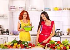 准备食物的小组妇女在厨房。 库存照片