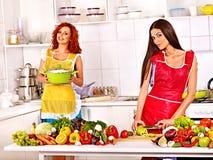 准备食物的小组妇女在厨房。 免版税库存图片
