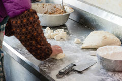 准备饺子的中国妇女 免版税库存图片