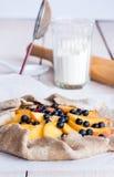 准备饼干的过程用桃子和蓝莓 库存图片