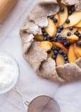 准备饼干的过程用桃子和蓝莓 免版税图库摄影
