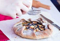 准备饼干的过程用桃子和蓝莓 免版税库存图片