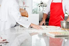 准备馄饨面团的厨师在柜台 免版税库存照片