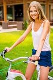 准备骑我新的自行车! 免版税库存图片