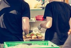 准备鲜美汉堡的厨师在室外停留演出地 库存照片