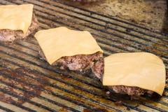 准备鲜美汉堡的厨师在室外停留演出地 免版税库存图片