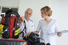 准备齿轮的救护车队在干预前 库存照片
