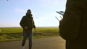 准备3个的人拍摄与汽车美丽的乡下的空中场面在日落 股票录像
