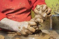 准备黏土的片断陶瓷工开始工作,黏土瓦器陶瓷特点Bailén 免版税库存图片