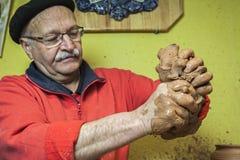 准备黏土的片断陶瓷工开始工作 库存照片