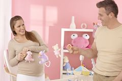 准备婴孩的室的年轻夫妇 免版税库存图片