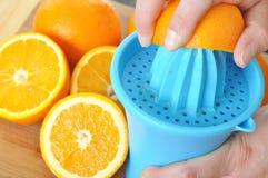 准备100%橙汁 图库摄影