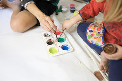 准备绘画的妇女和儿童手 库存照片