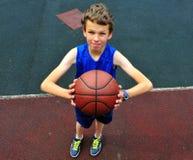 准备年轻的球员投掷篮球 免版税库存图片