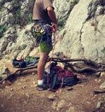 准备他的设备的登山人 免版税库存图片