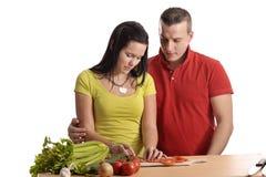 准备年轻人的夫妇正餐 免版税图库摄影