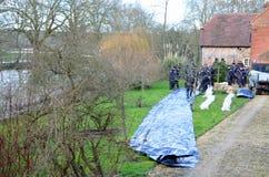 准备洪水防御的英国皇家海军由河测试, 图库摄影