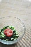 准备素食沙拉、一个碗菜蕃茄和黄瓜 图库摄影